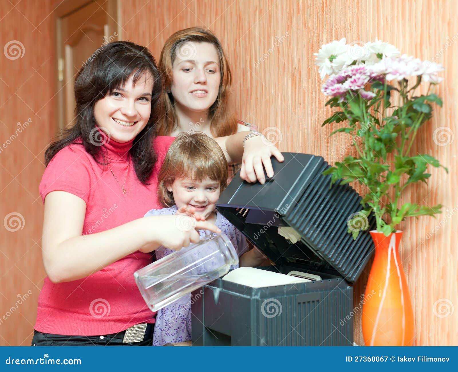 Mulheres e humidificador dos usos da menina