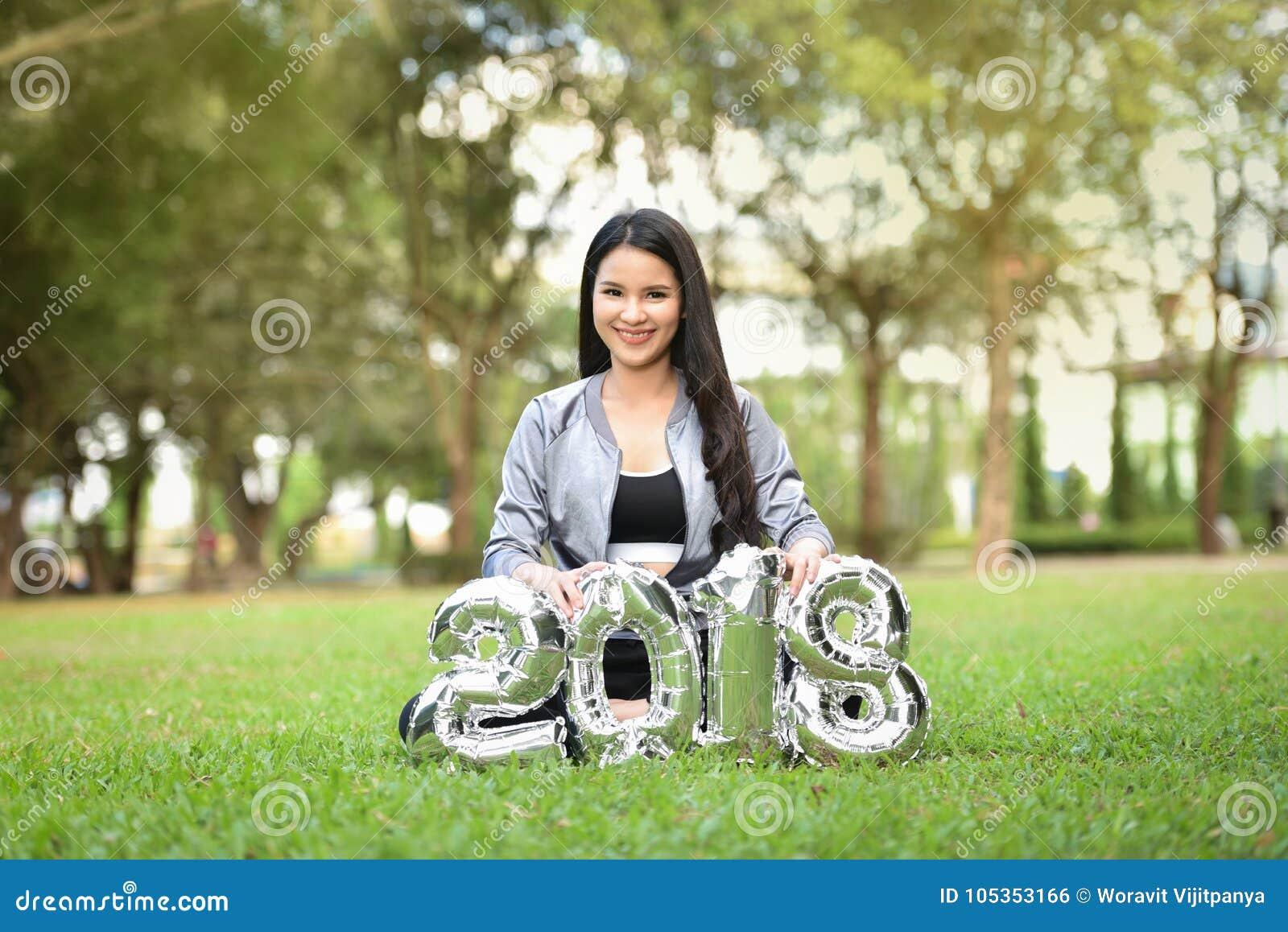Mulheres felizes do divertimento bonito das meninas do ano novo 2018 das meninas