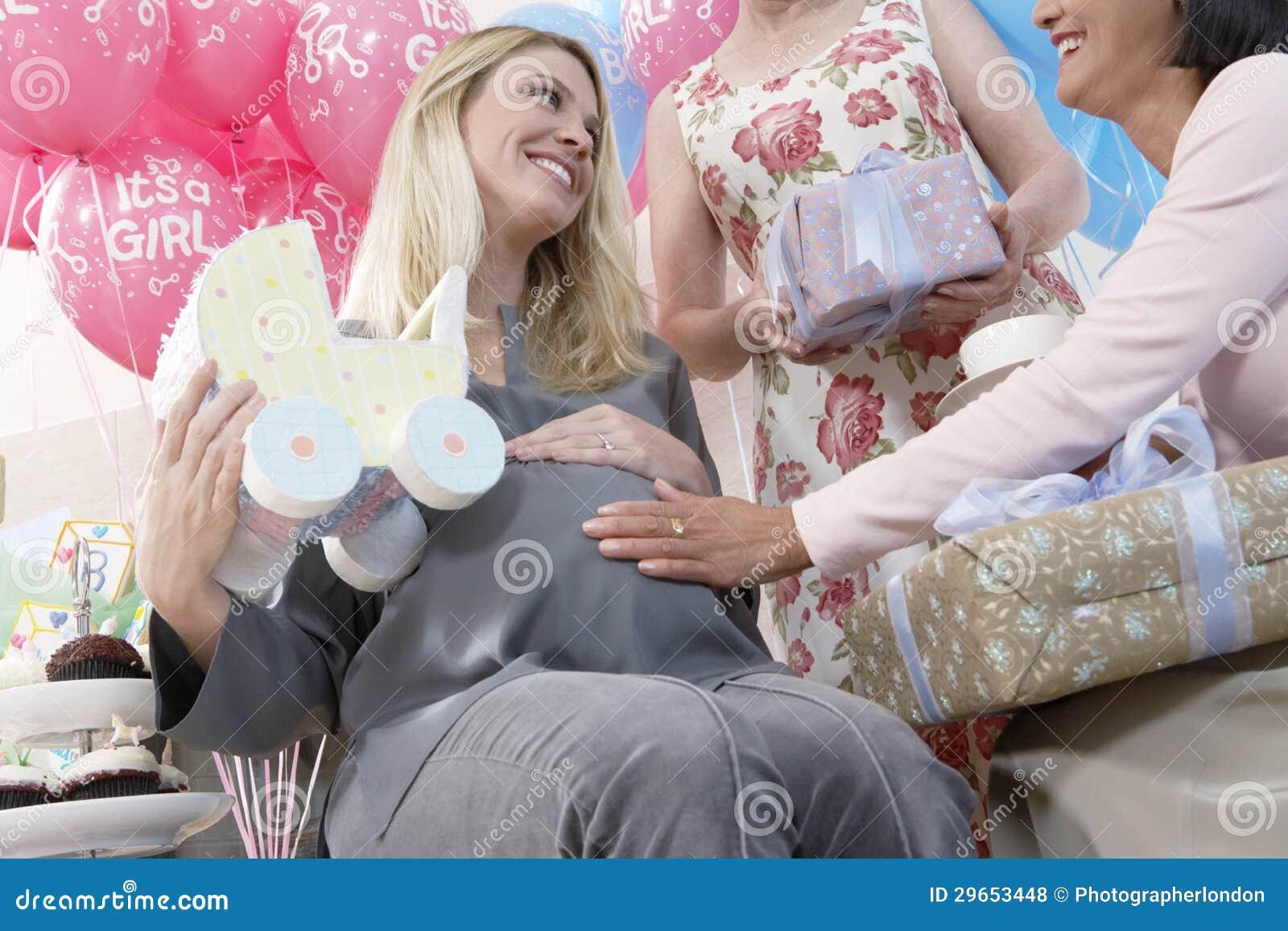 Mulheres felizes em uma festa do bebê