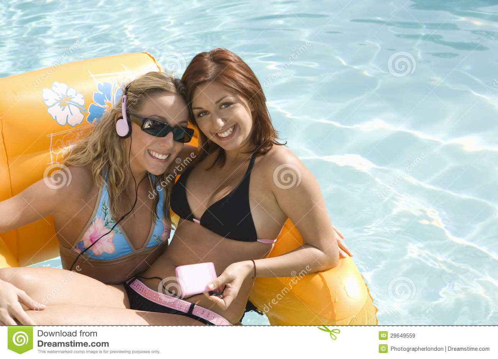 Mulheres na jangada inflável na associação