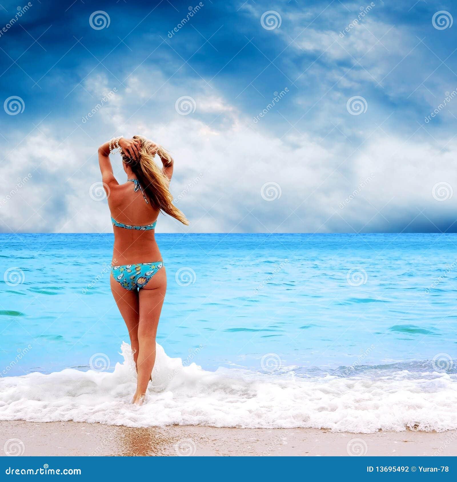 Mulheres Bonitas Novas Na Praia Tropical Ensolarada No Biquini