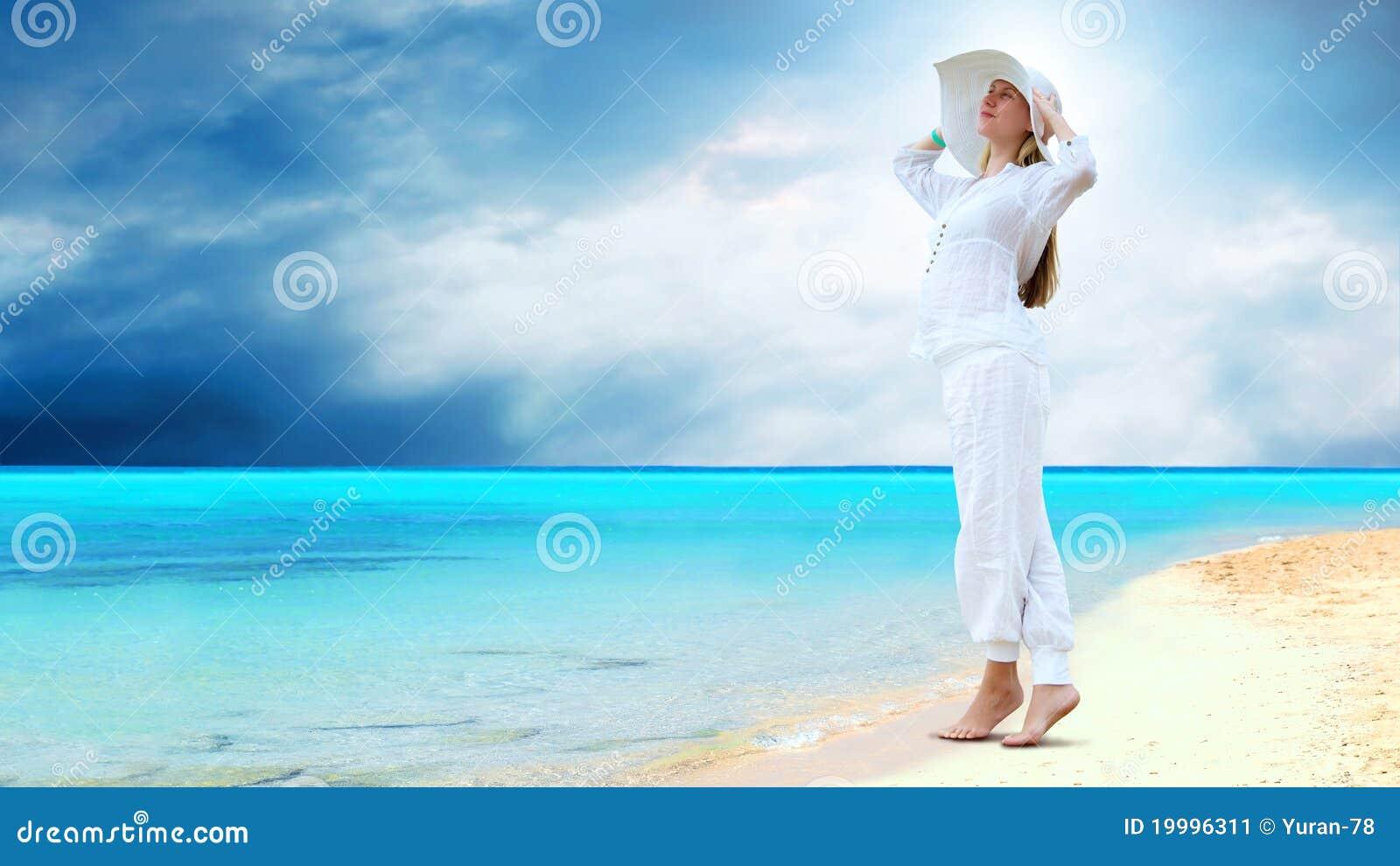 Mulheres Bonitas Novas No Branco Na Praia Tropical Ensolarada