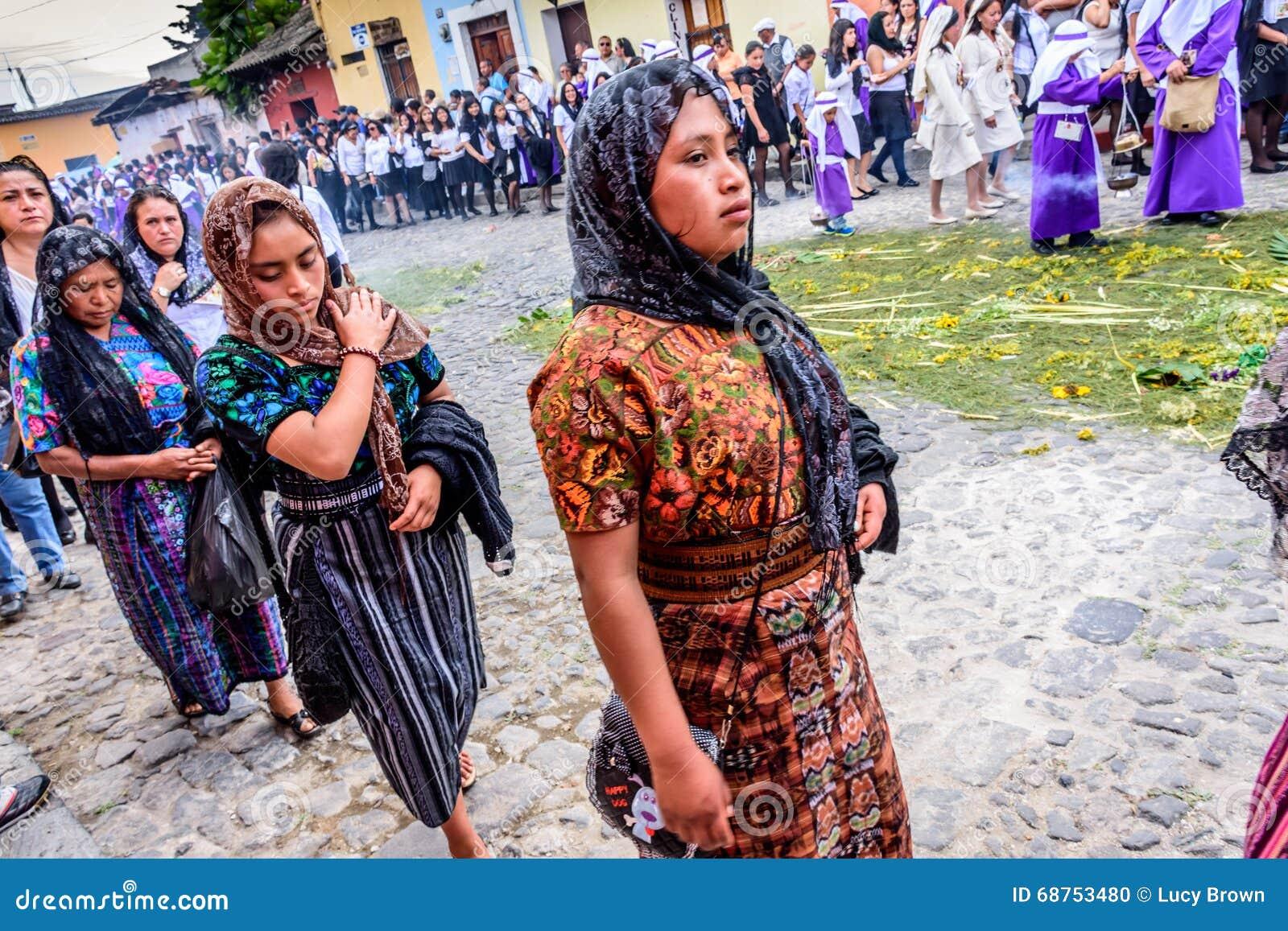 Mulheres na procissão de domingo de palma, Antígua, Guatemala