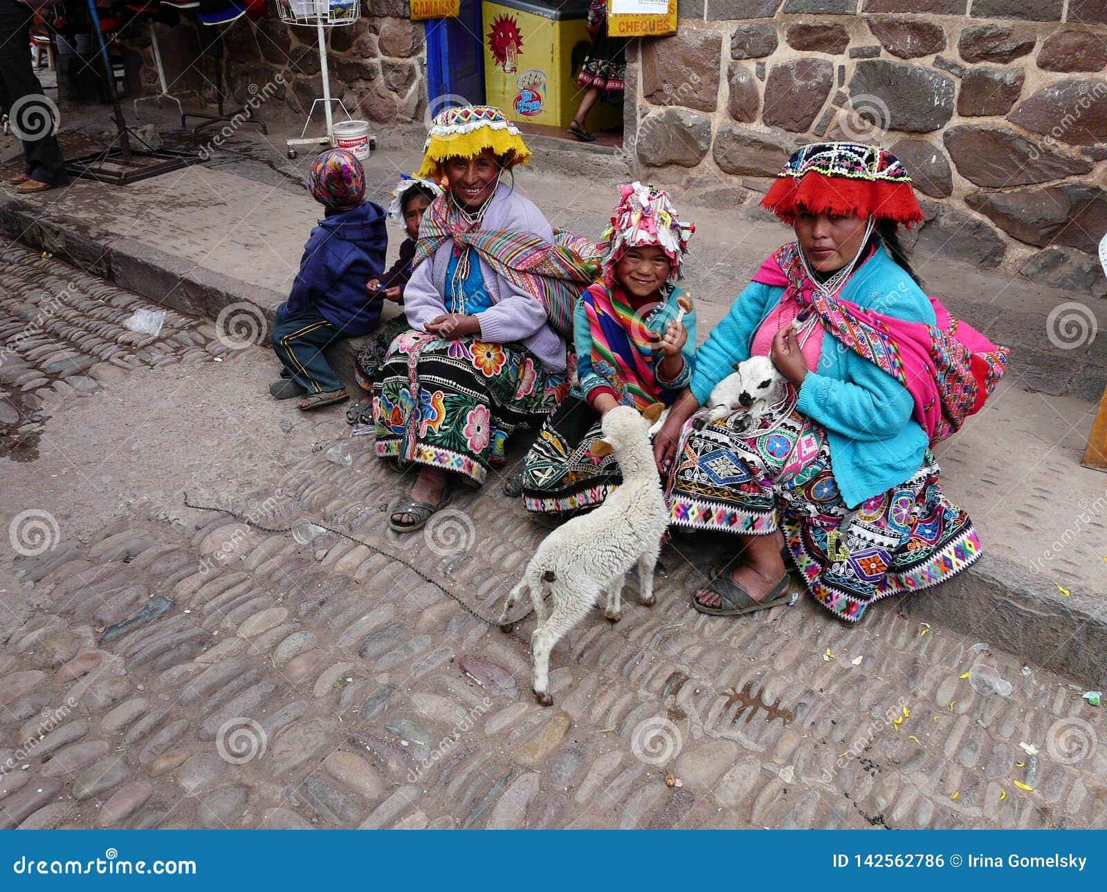 Mulheres na roupa peruana tradicional na vila de Pisac, Peru