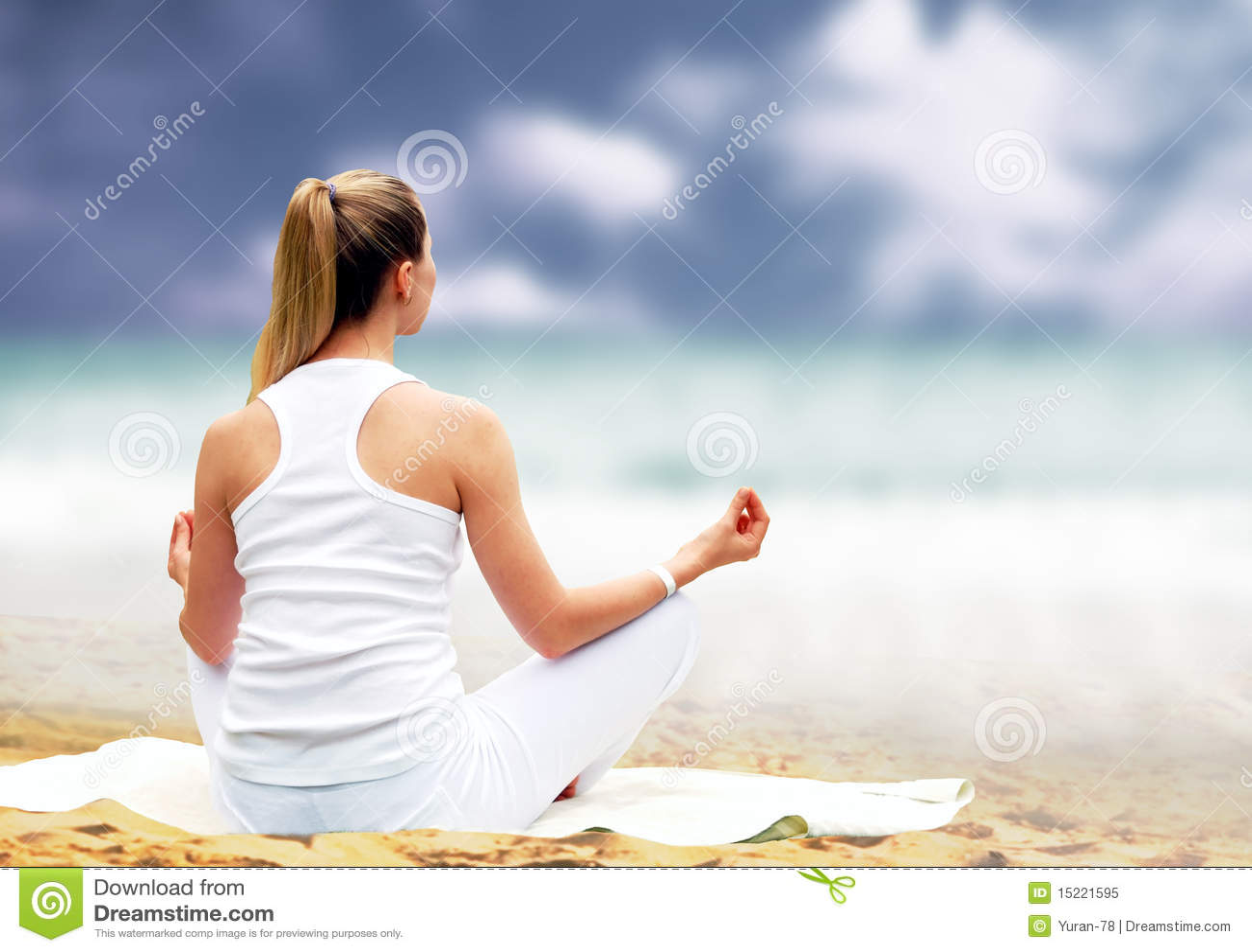Mulheres Bonitas Novas No Branco Abrandamento Na Praia Tropical