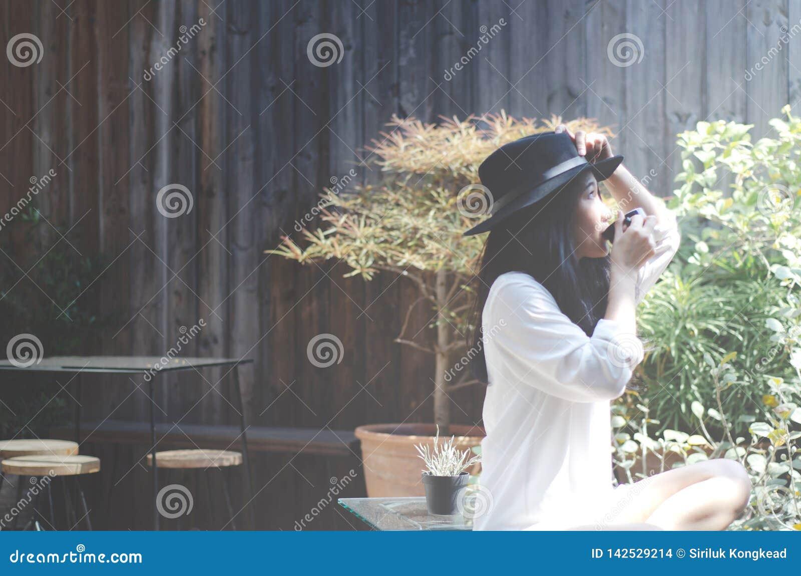 Mulheres no jardim no café bebendo da manhã