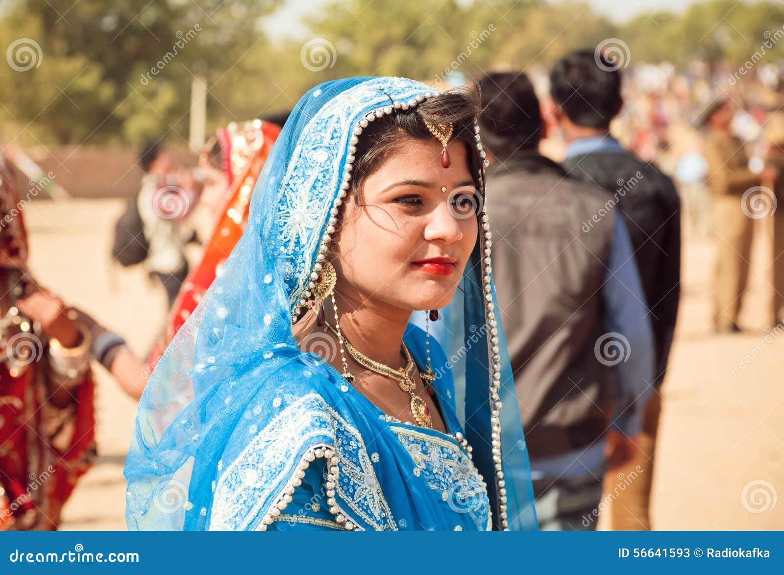 Mulheres no sari colorido na Índia