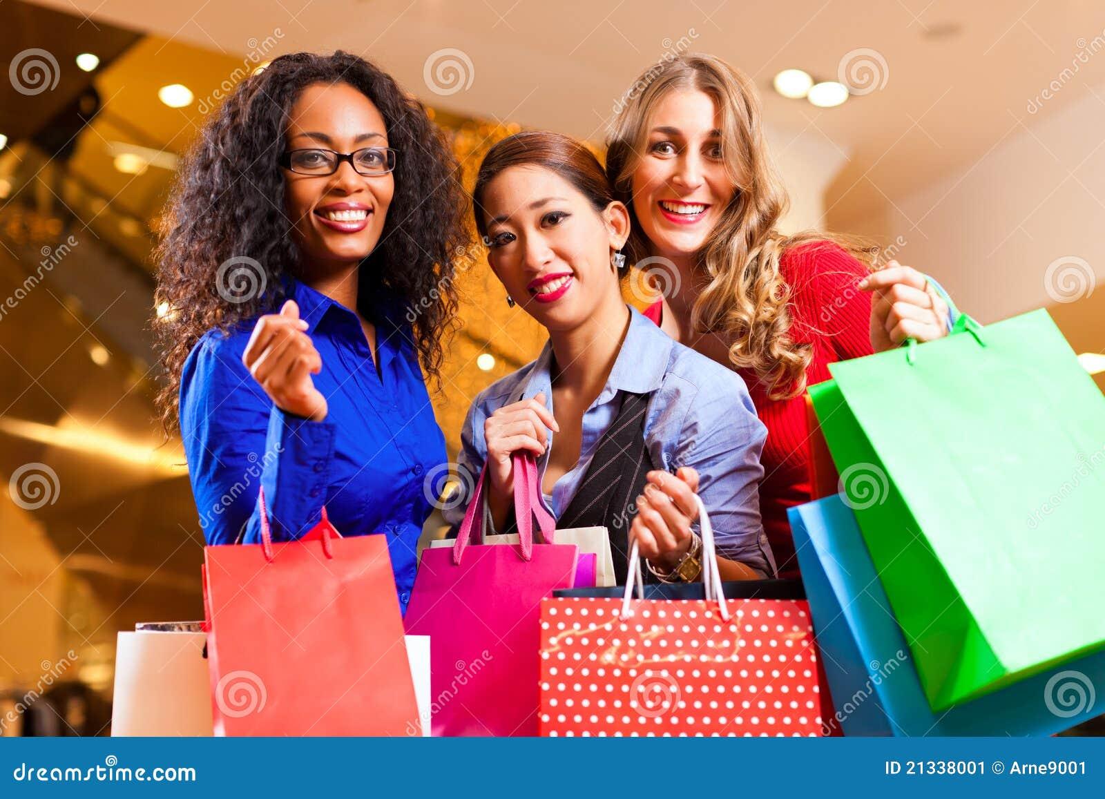 Mulheres que compram na alameda com decoração do Natal