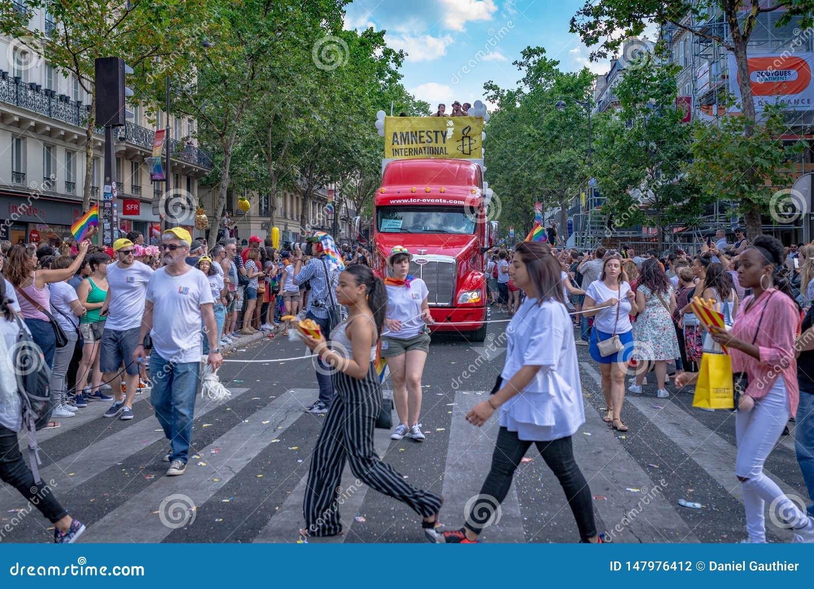 Mulheres que cruzam a rua na Paris 2018 Gay Pride