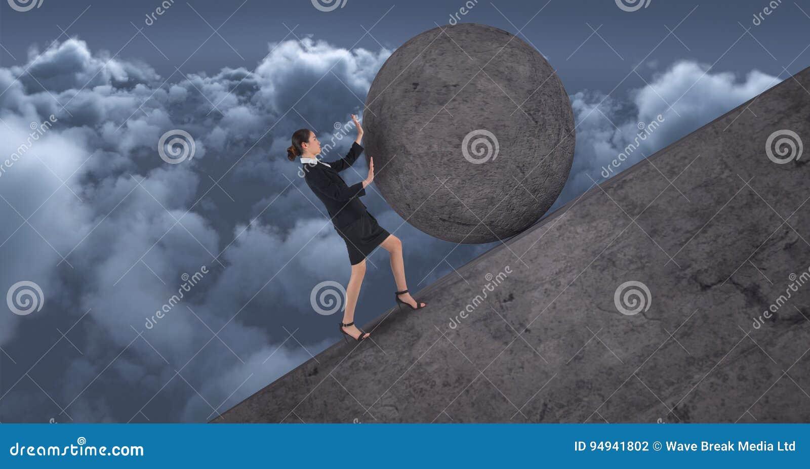 Mulheres que empurram o rolamento em volta da rocha