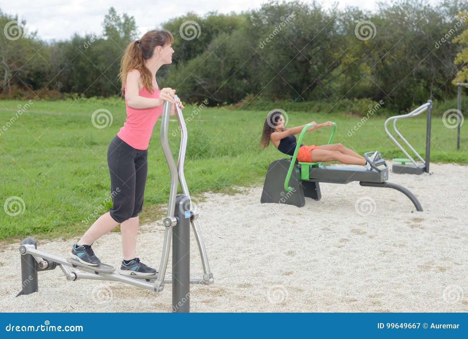 cda98922d Mulheres Que Exercitam Na Máquina Do Esporte No Gym Exterior Imagem ...