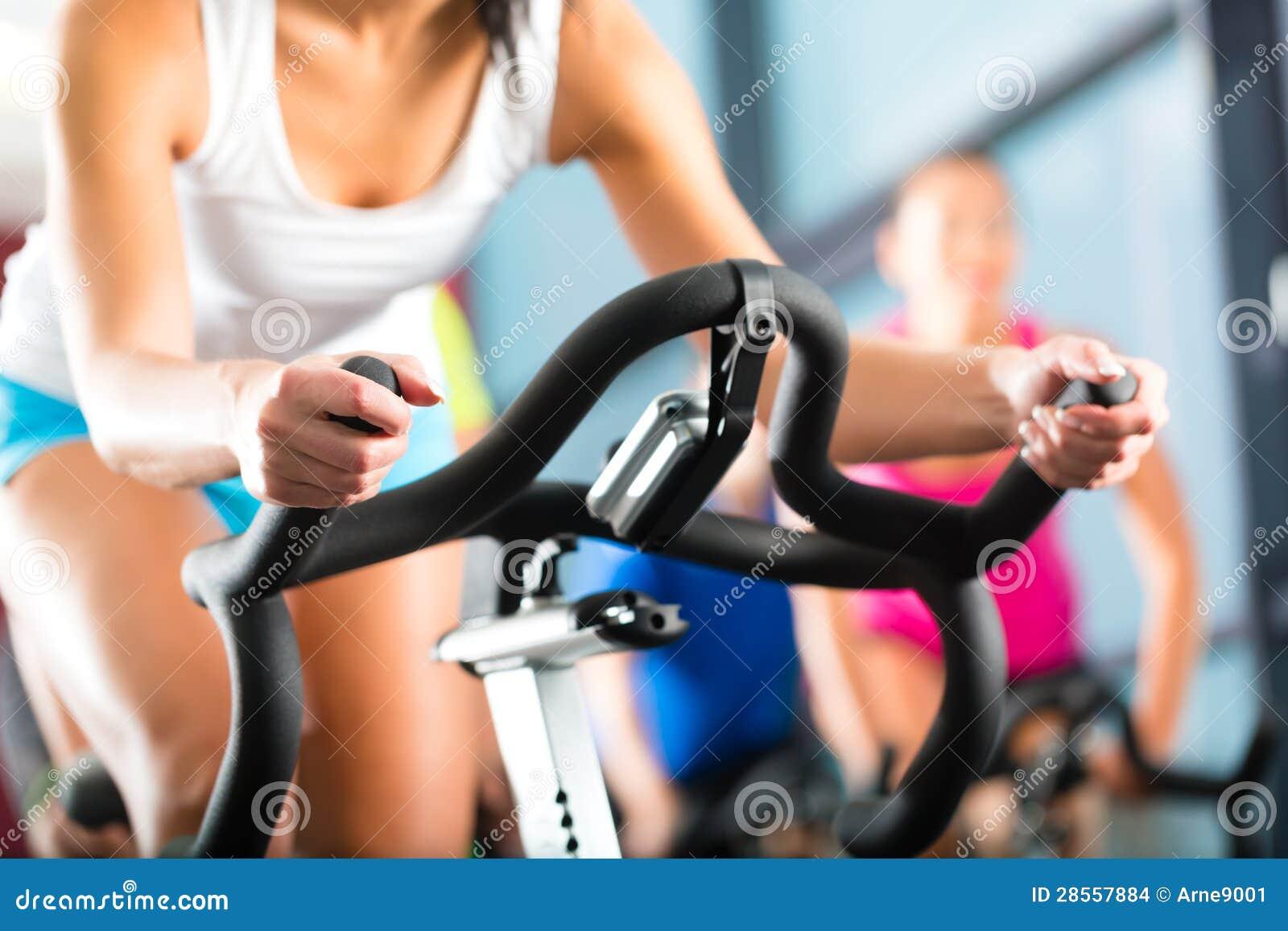 Mulheres que fazem o giro do esporte