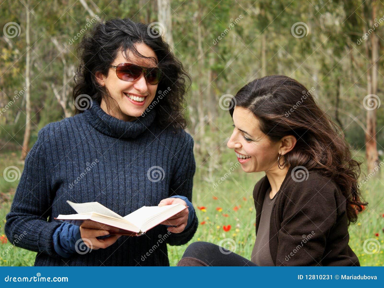 Mulheres que lêem um livro