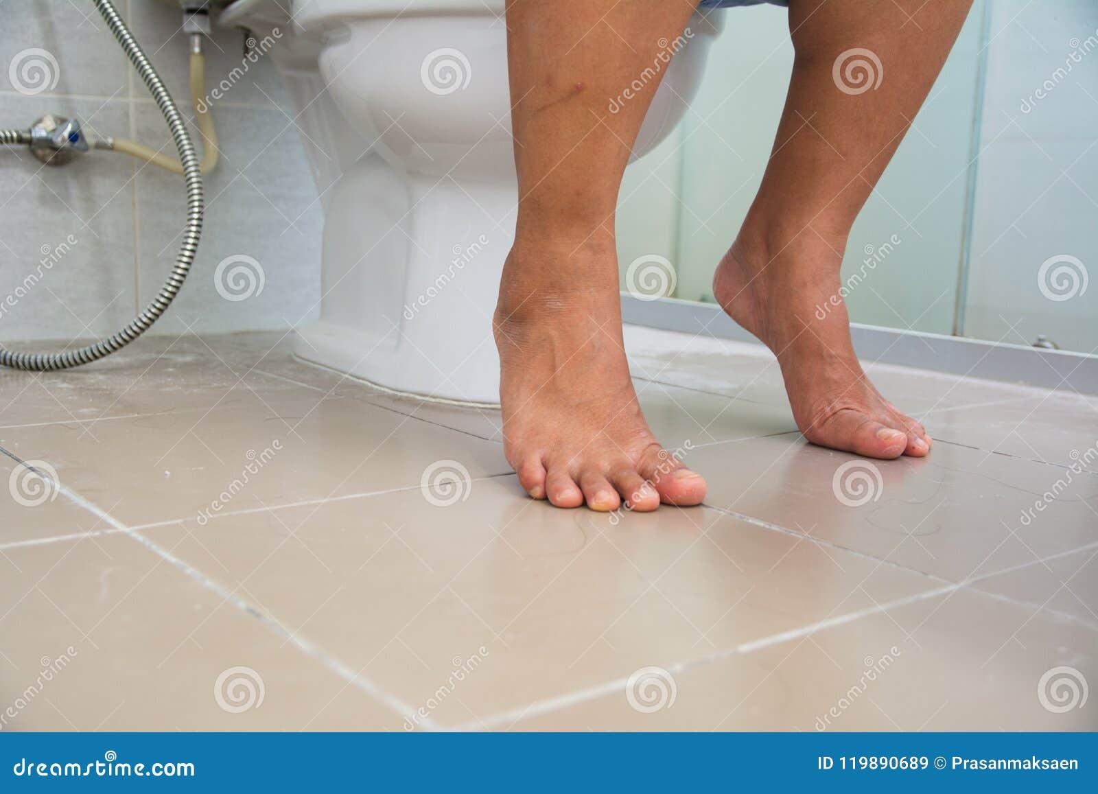 Mulheres que situam no toalete