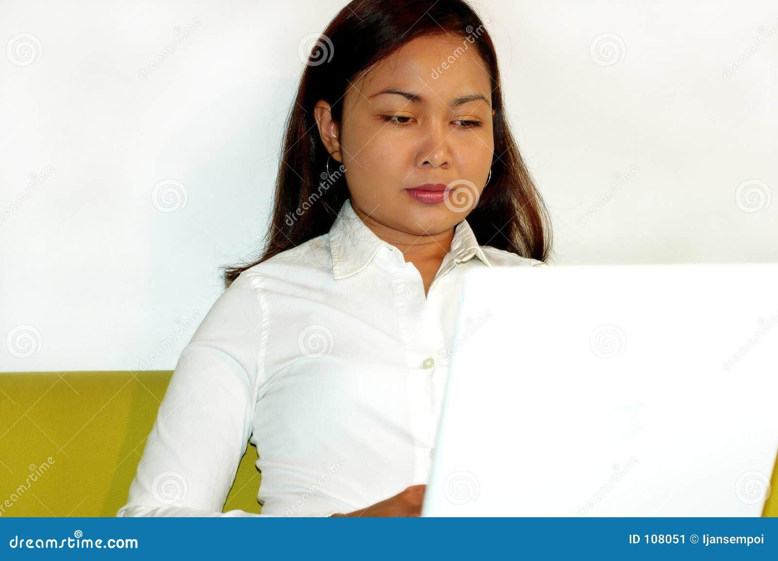 Mulheres que trabalham no portátil
