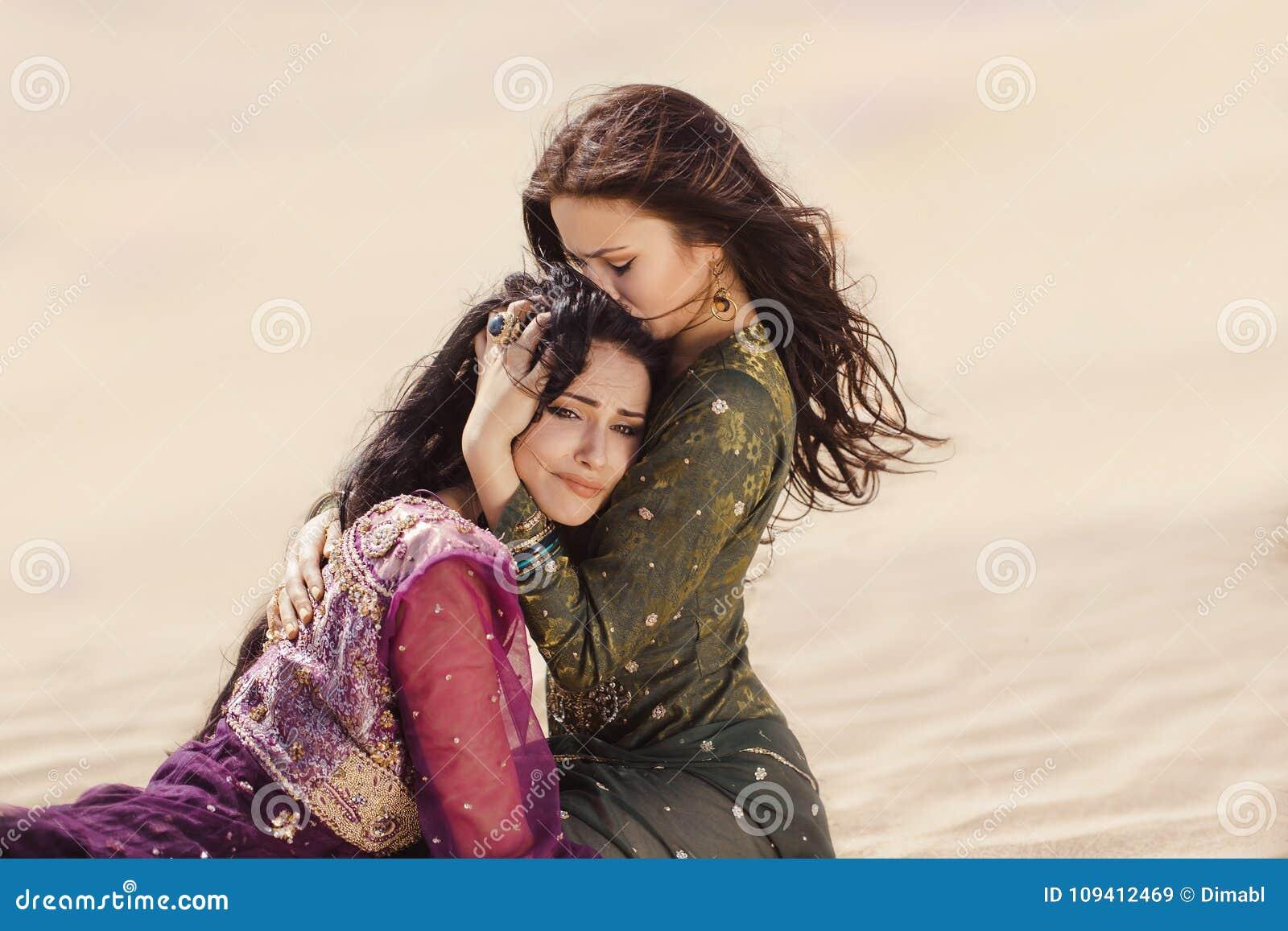Mulheres sedentos que viajam no deserto Perdido no sandshtorm do durind do deserto