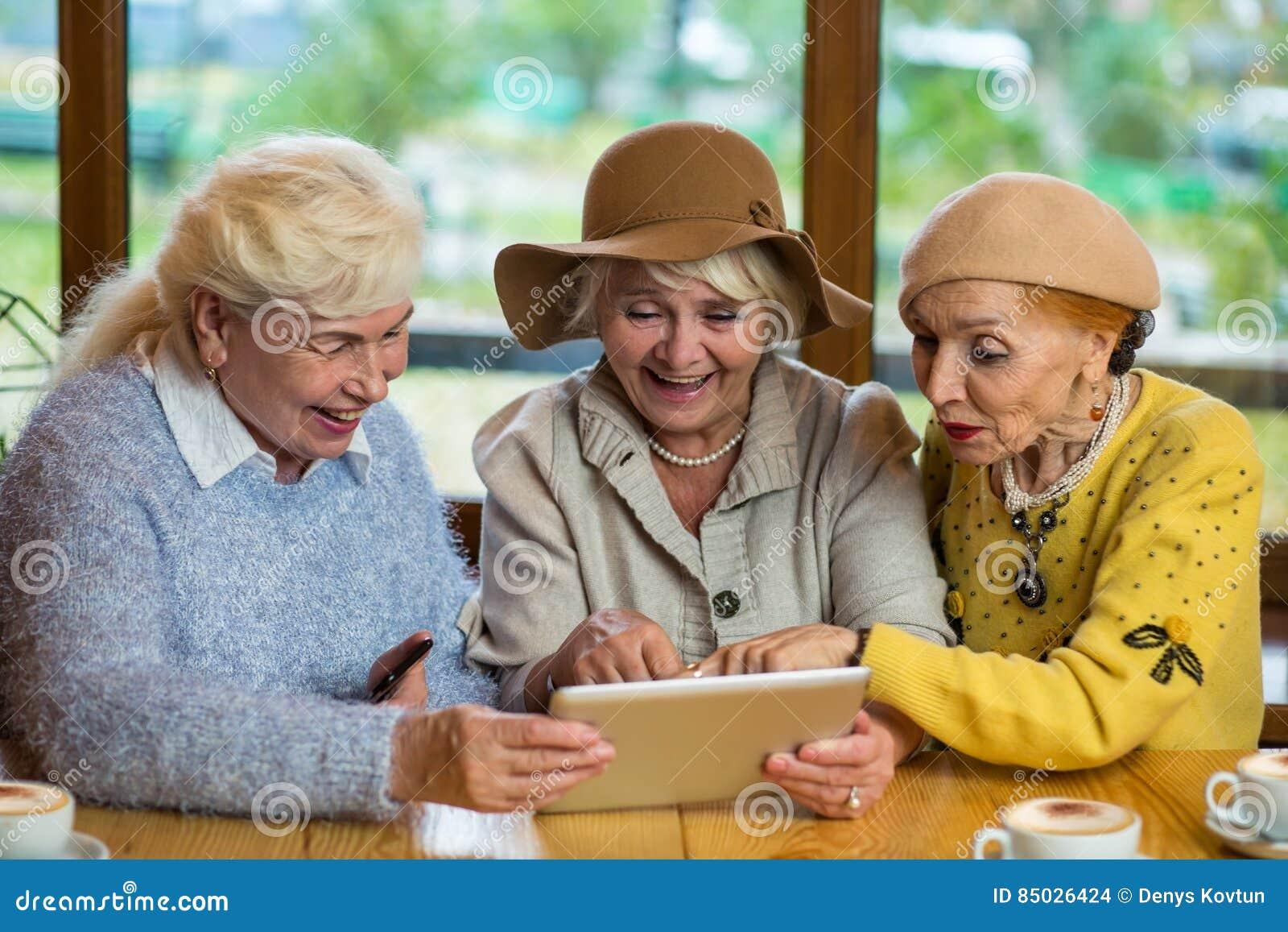 Mulheres superiores com tabuleta