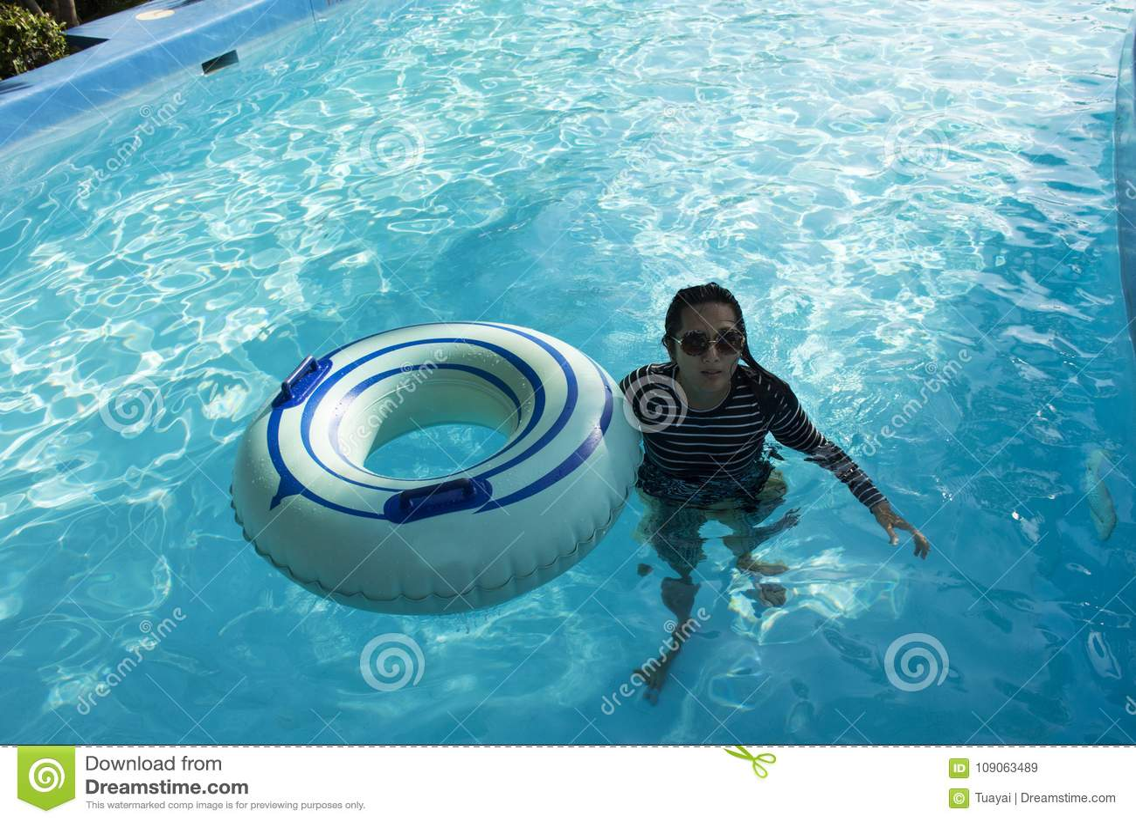 Mulheres tailandesas que nadam e que jogam a água na associação em exterior