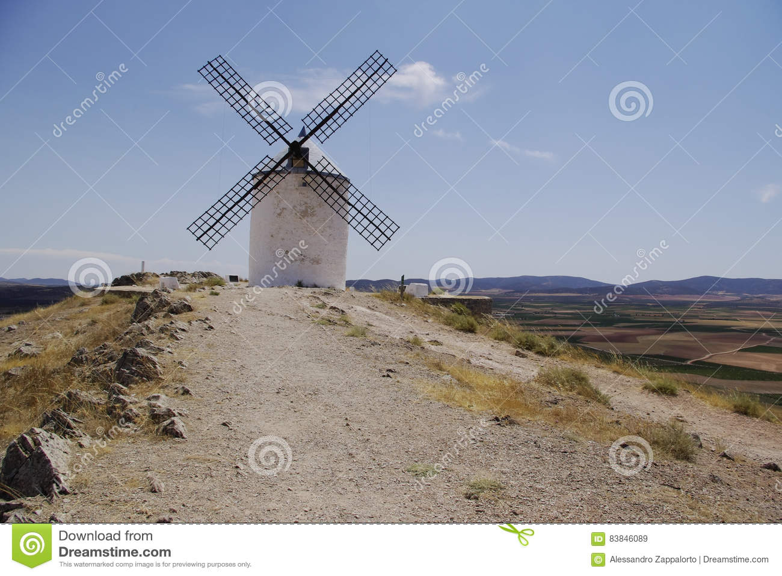 Mulini a vento bianchi in La Mancha, vicino a Consuegra, la Spagna