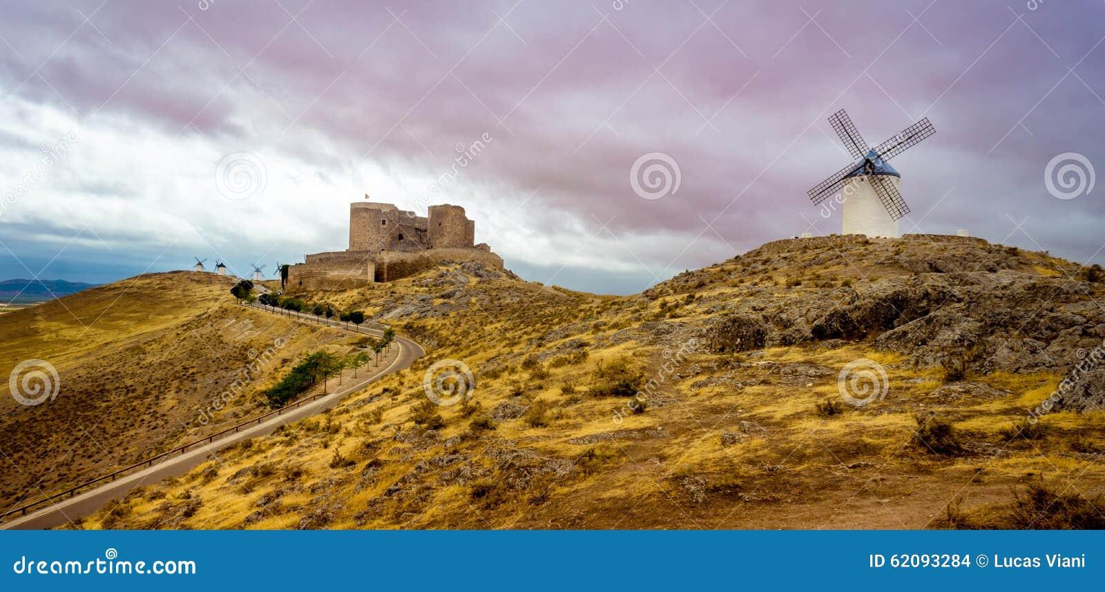 Mulini a vento e castello