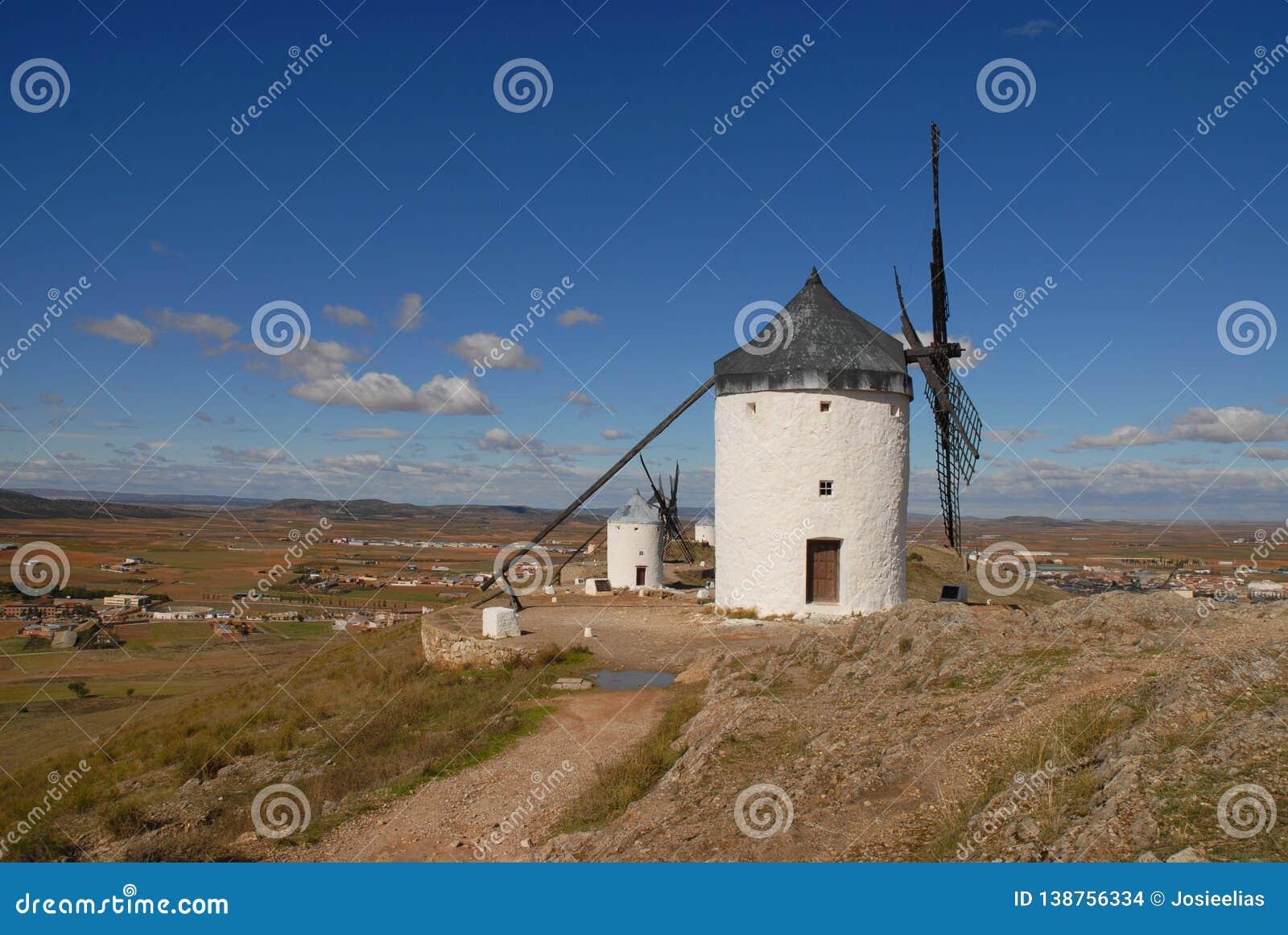 Mulini a vento e le pianure di La Mancha, Spagna