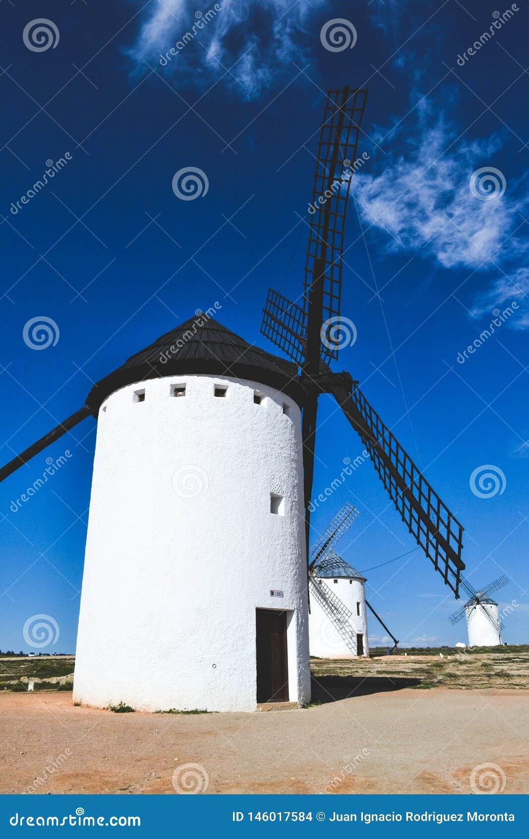 Mulini a vento situati nella La Mancha della Castiglia in Spagna