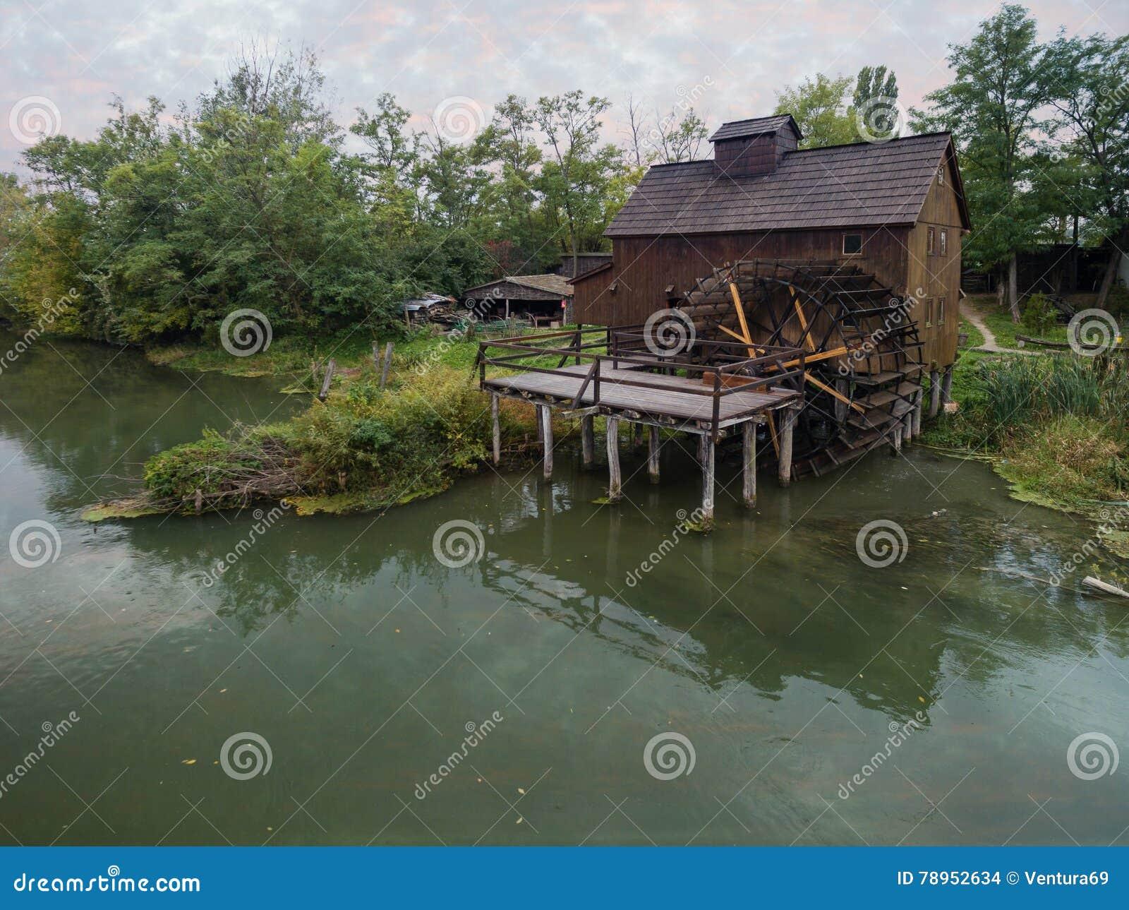 Mulino a acqua su piccolo Danubio vicino al villaggio Jelka, Slovacchia