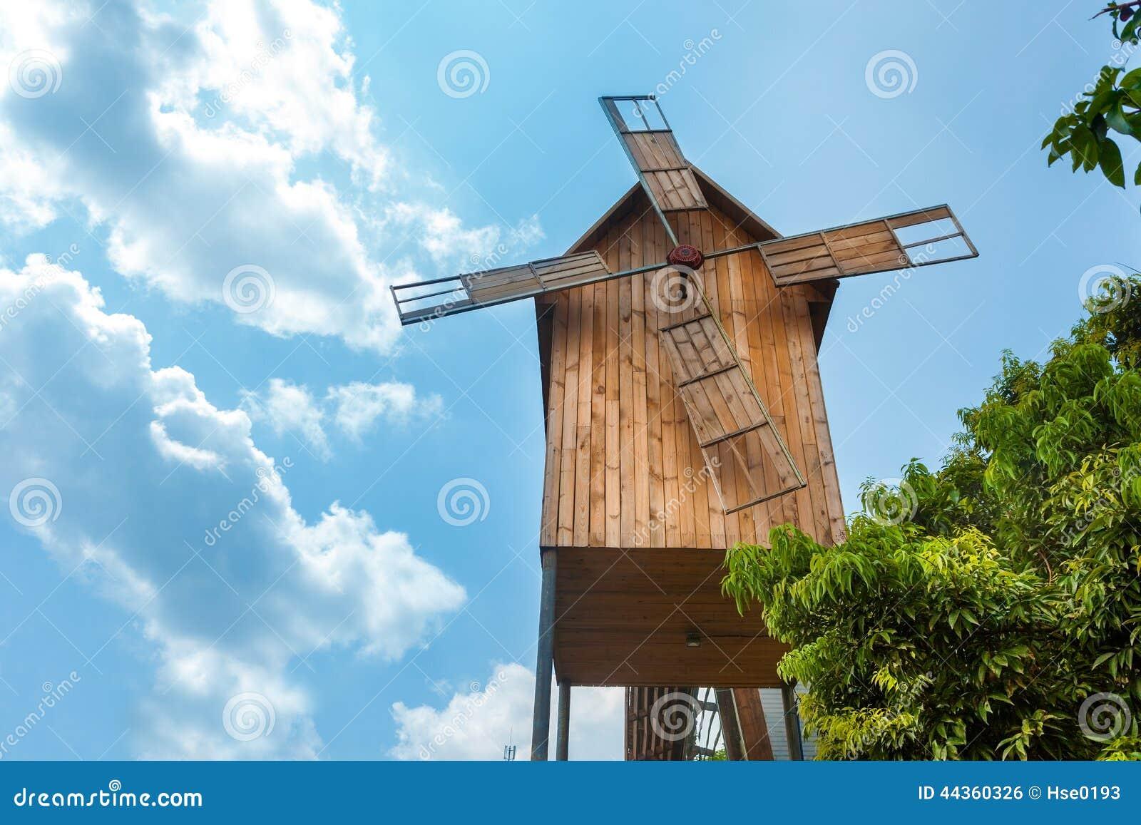 Mulino a vento di legno