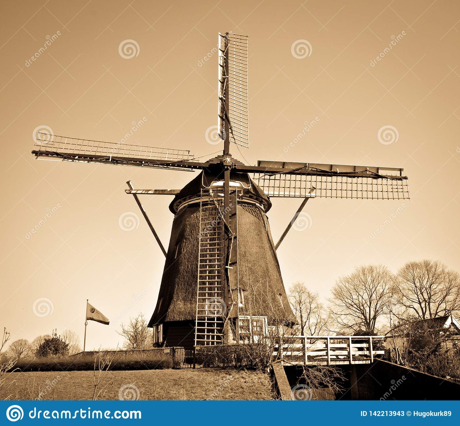 Mulino a vento olandese con il filtro marrone