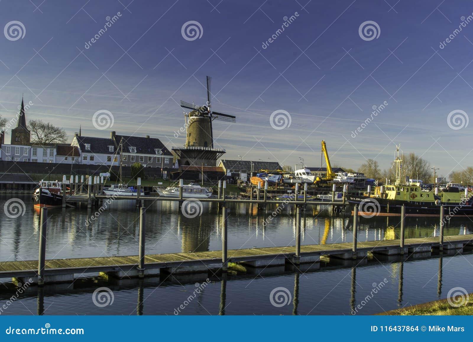 Mulino a vento olandese tradizionale con la sua casa