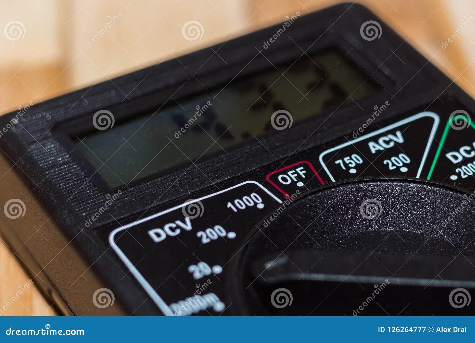 Multímetro de medição de Digitas no assoalho de madeira Mostra 4 33V ou bateria inteiramente carregada Inclui o voltímetro, amper