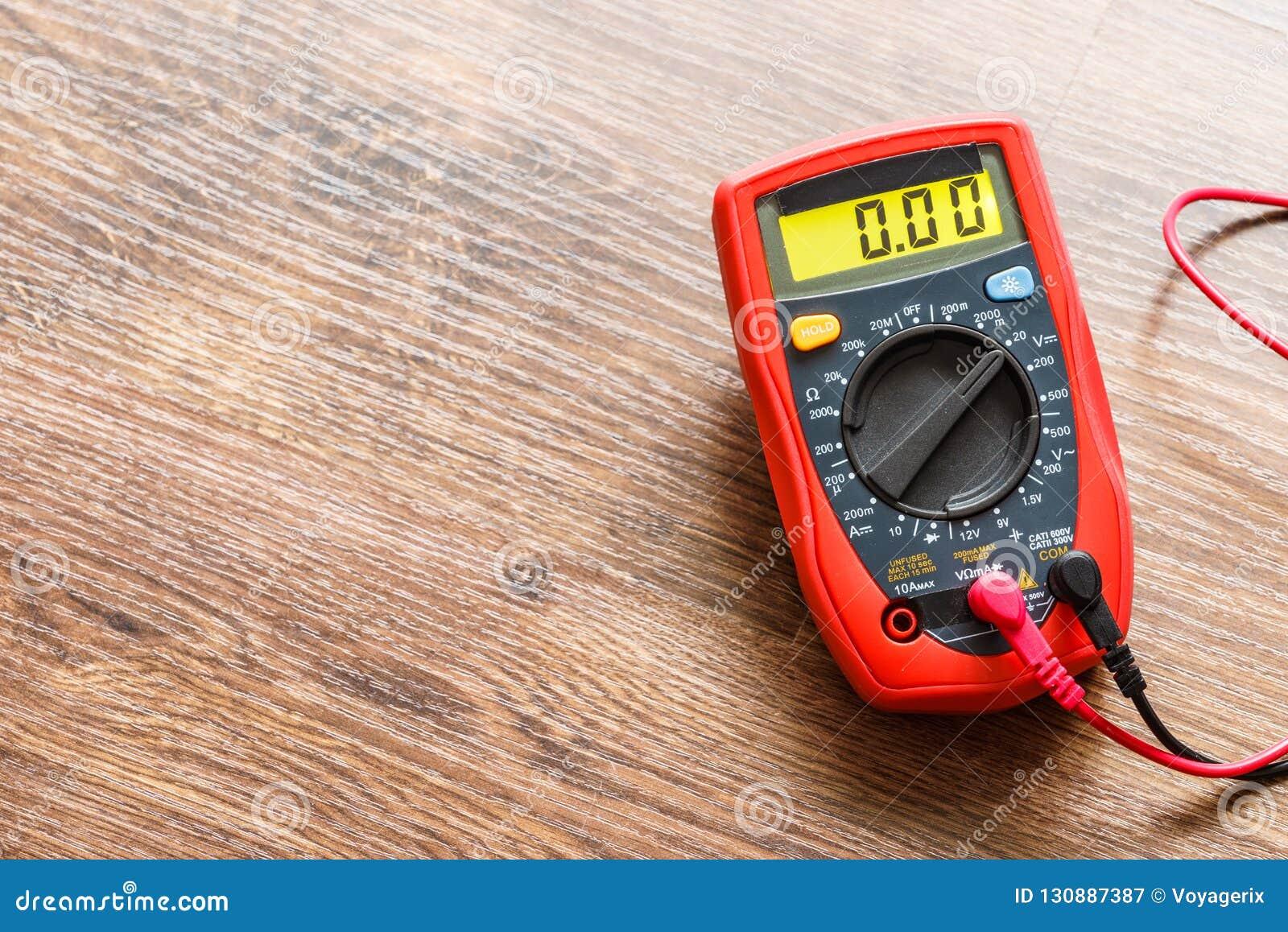 Multímetro para la medida del voltaje