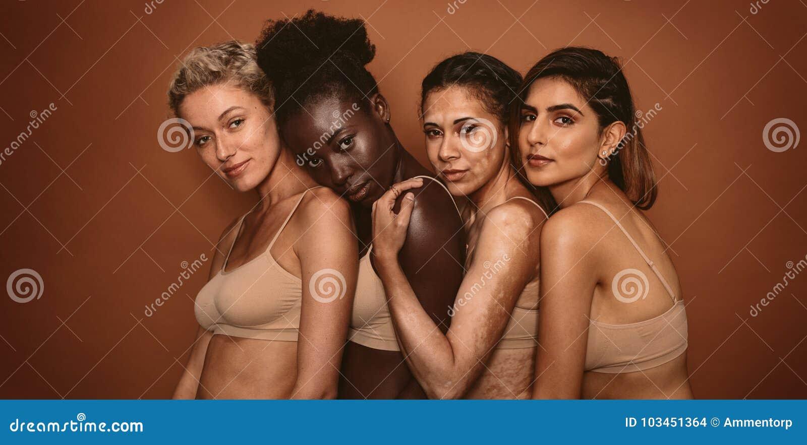 Multi amigos fêmeas étnicos que estão junto