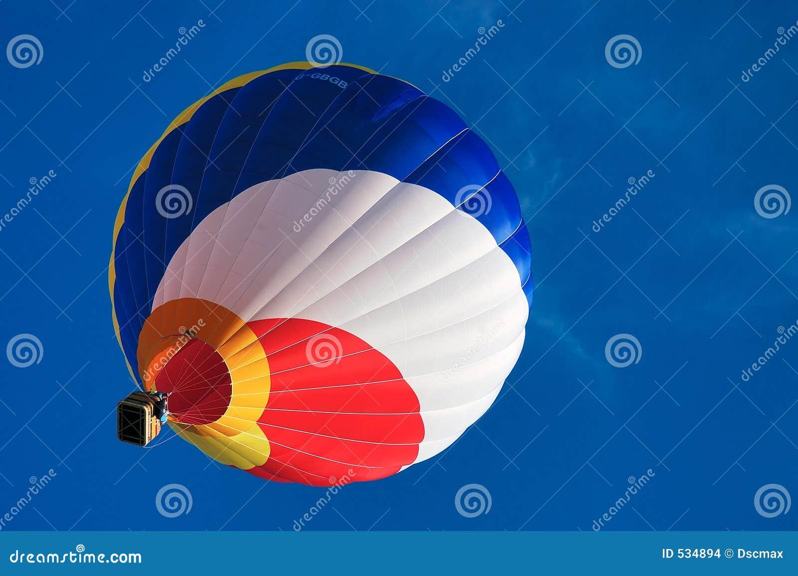 Multi balão de ar quente colorido em um céu azul 1