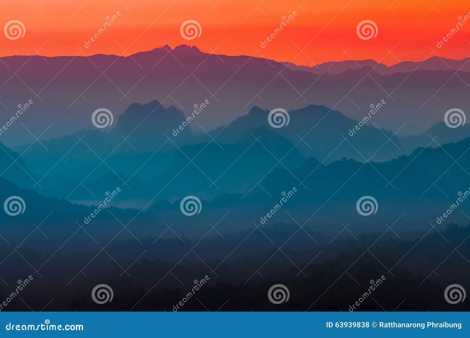 Multi colori variopinti della montagna e del cielo della for Colori del rivestimento della baracca