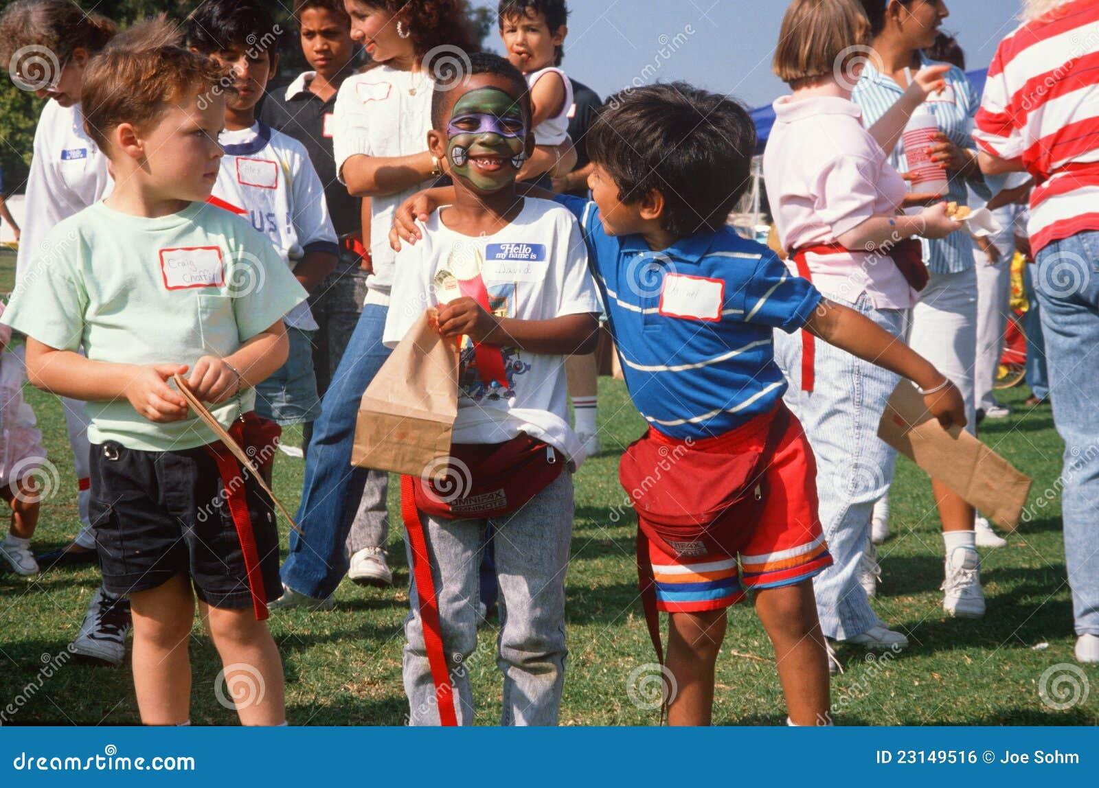 Multi-cultural мальчики на парке