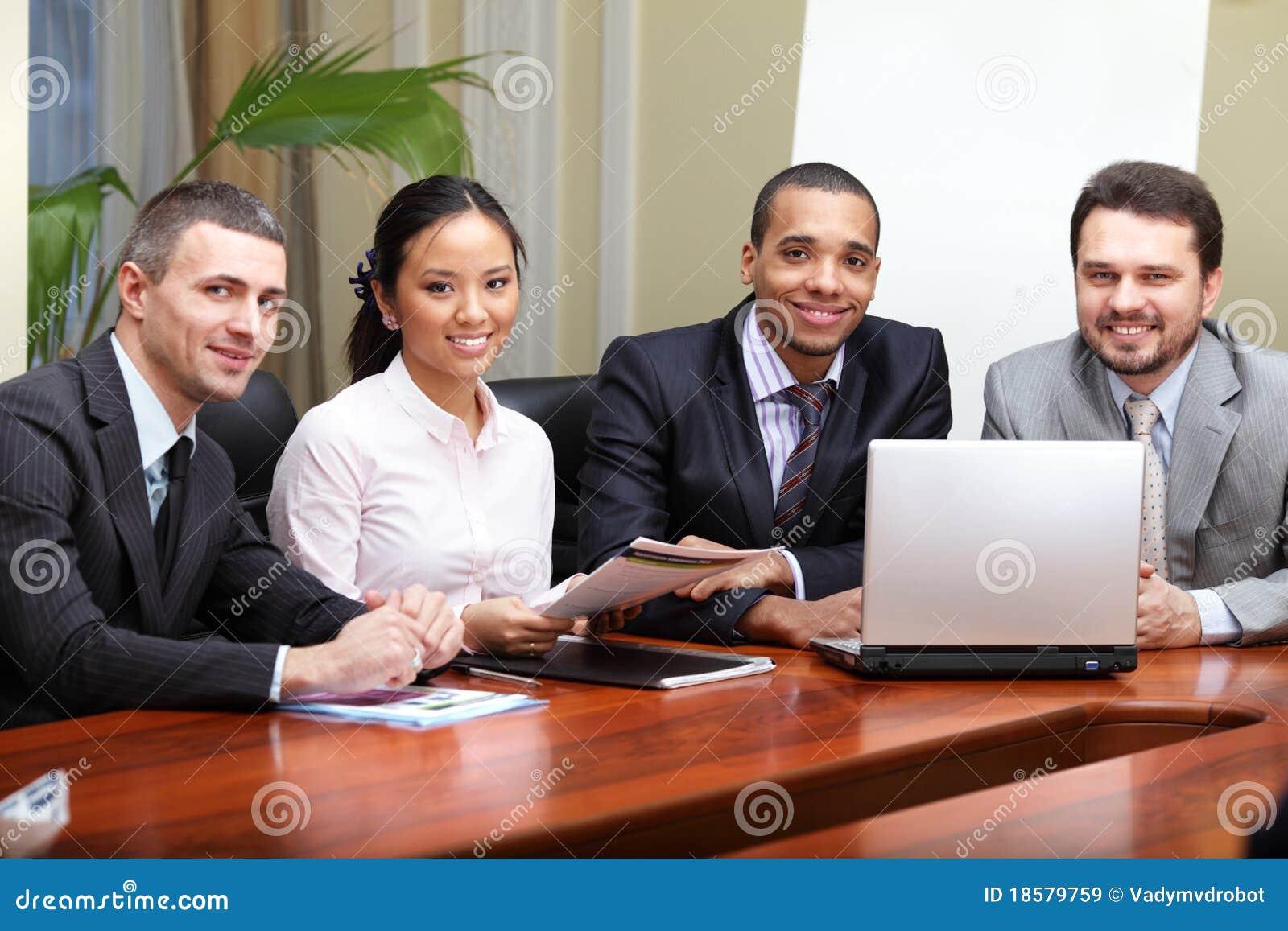 Multi equipe étnica do negócio