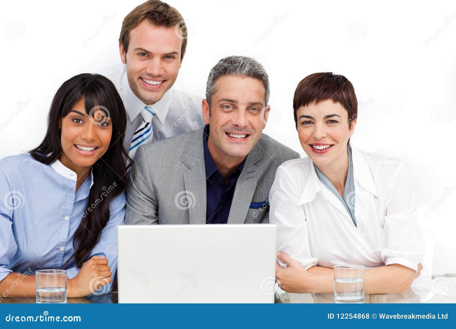 Multi-ethnic affärslag som fungerar på en dator