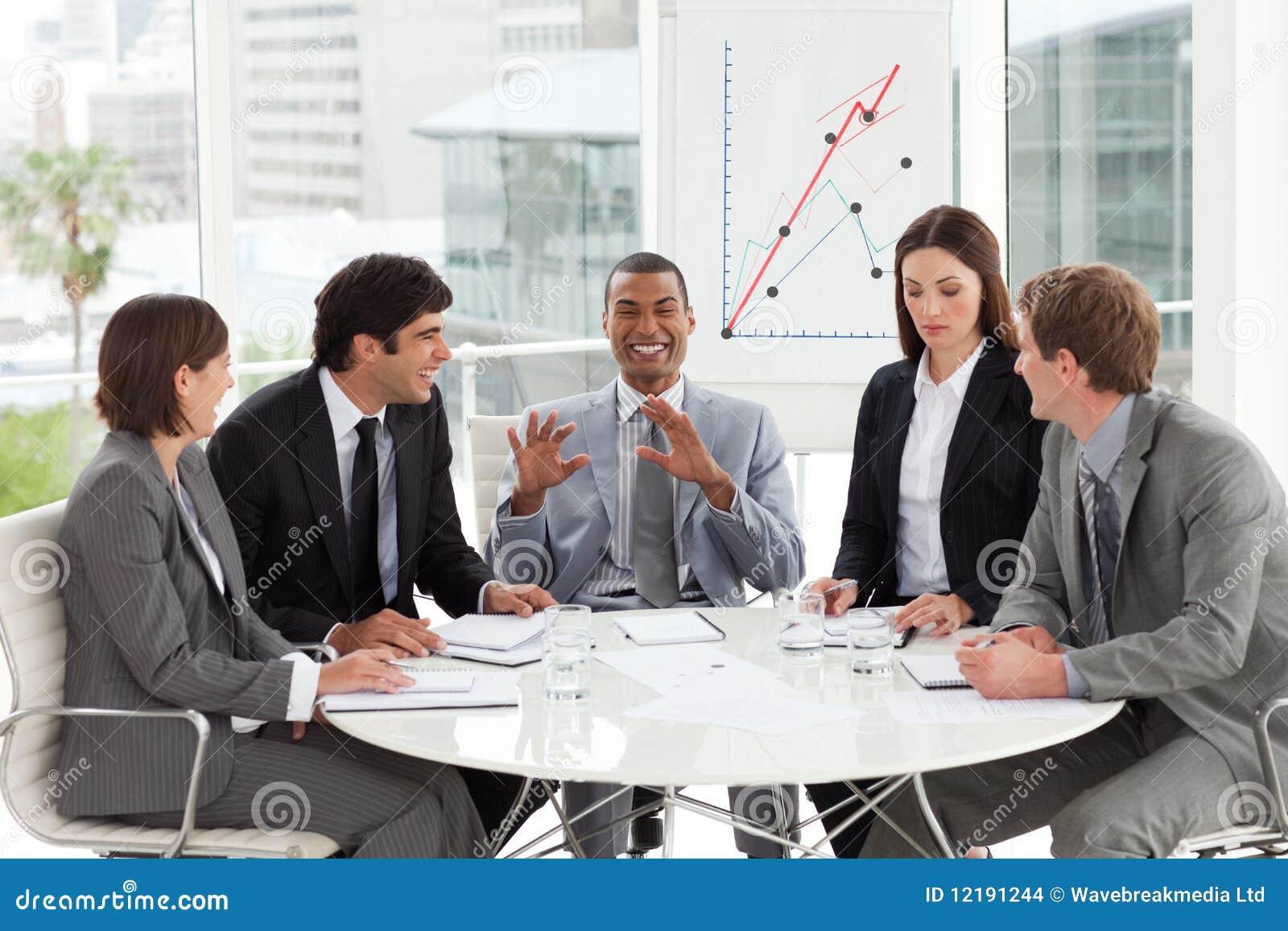Multi-ethnic affärslag som tillsammans fungerar i A M.