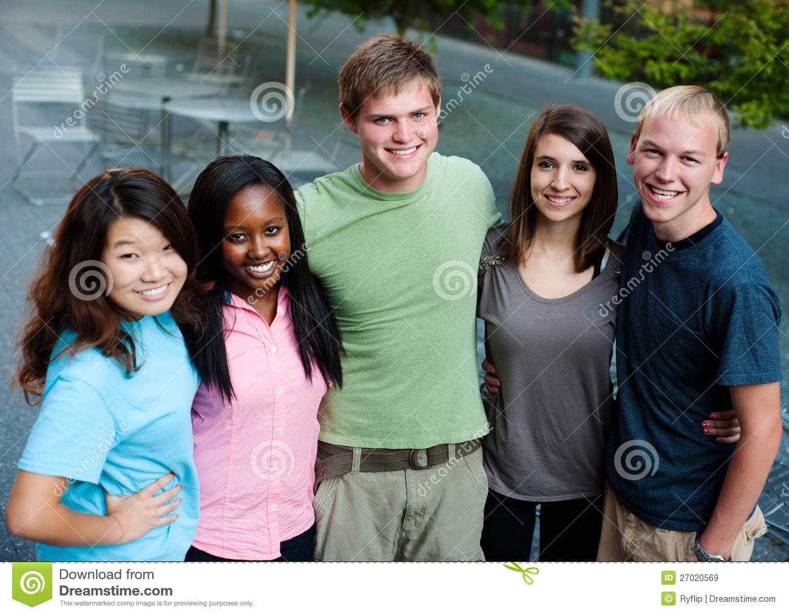 Multi-ethnic grupp av tonåringar