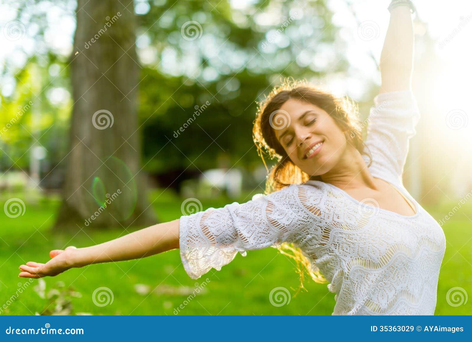 Multi-etnisch meisje die van de warmte van een zonsondergang genieten