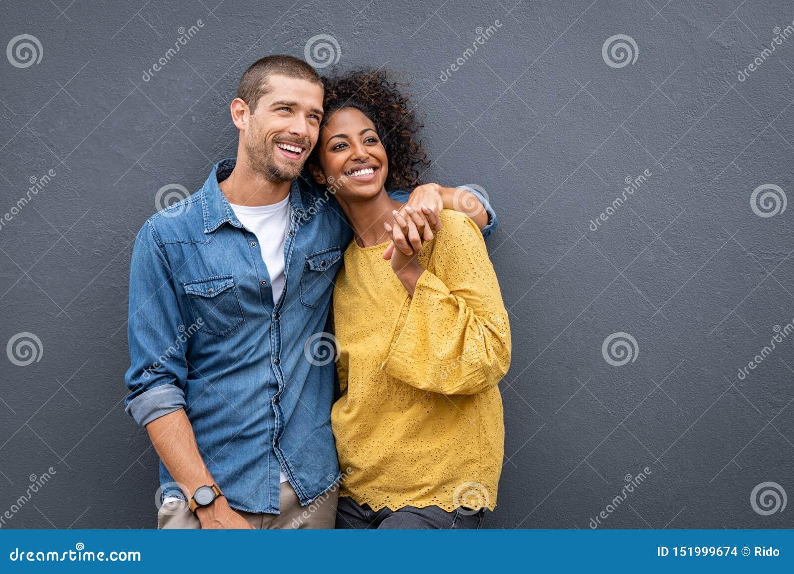 Multi-etnisch paar in liefde die en handen bevinden zich houden