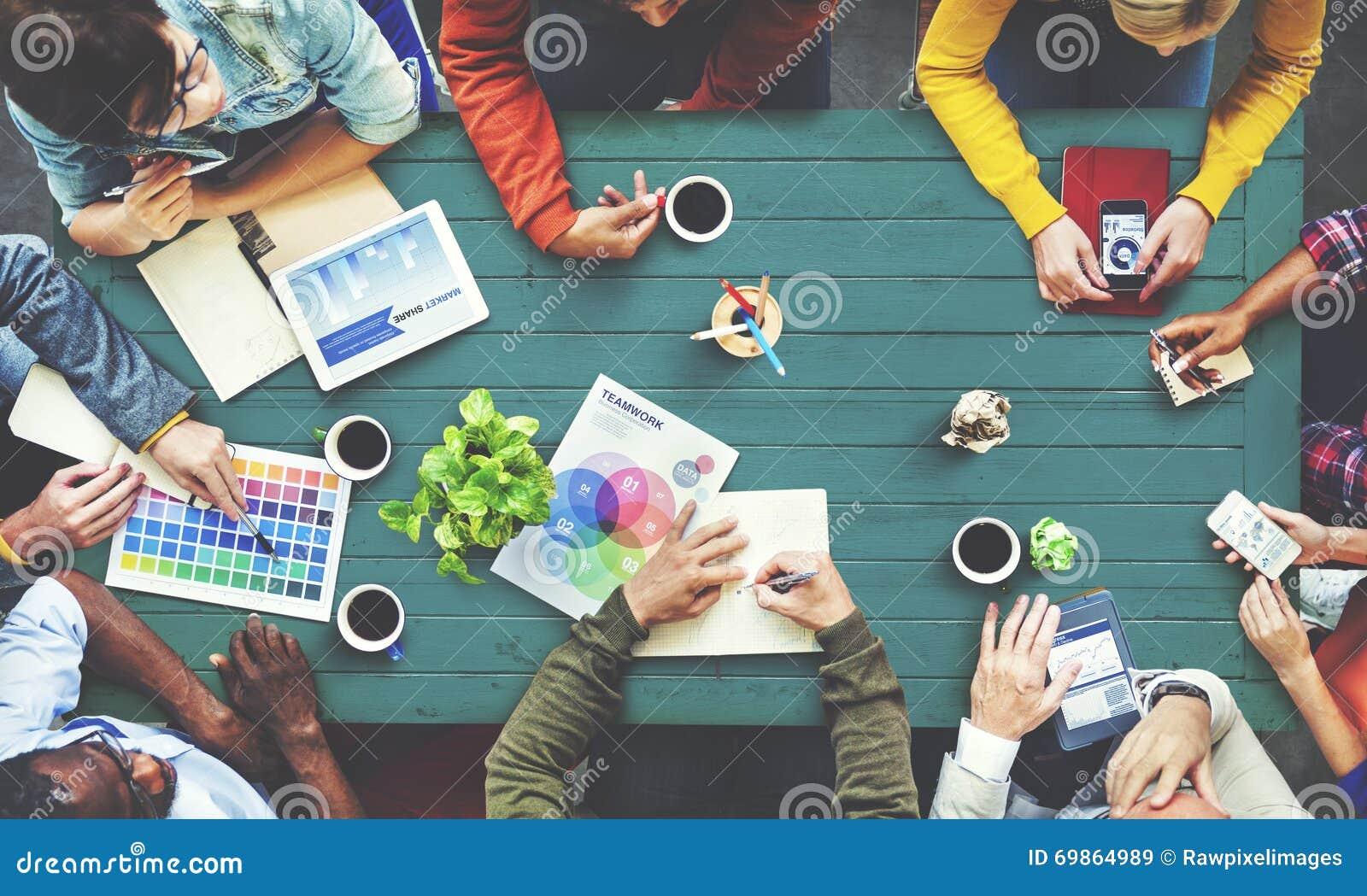 Multi-etnische Ontwerper Brainstorming Contemporary Concept