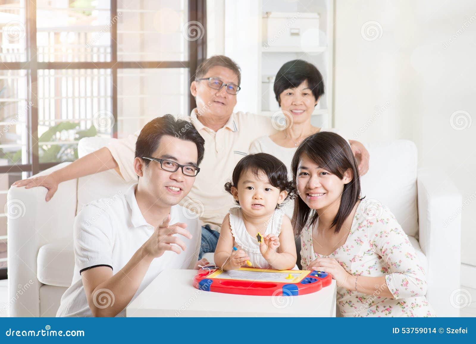 Multi família asiática da geração que relaxa