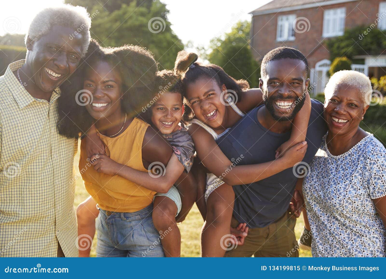 Multi família do preto da geração, pais que rebocam crianças