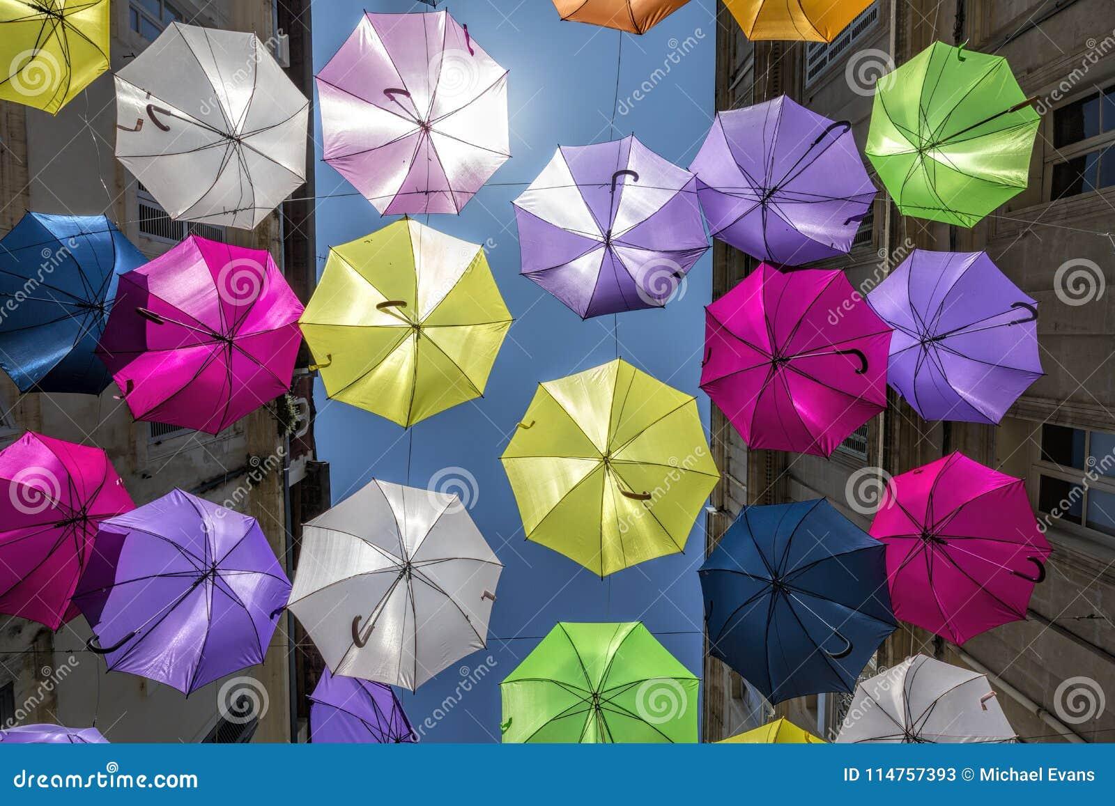 Multi farbige Regenschirme als Straßenkunst in Arles, Provence, südlich von Frankreich