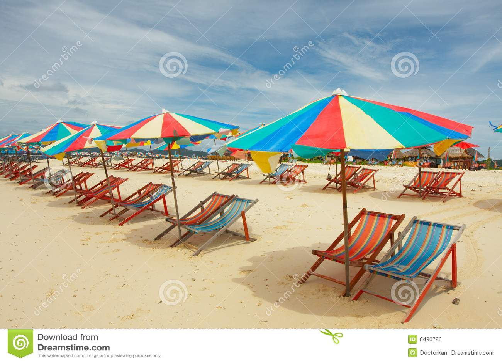 Multi gekleurd parasols op leeg strand royalty vrije stock afbeelding afbeelding 6490786 - Zon parasol ...