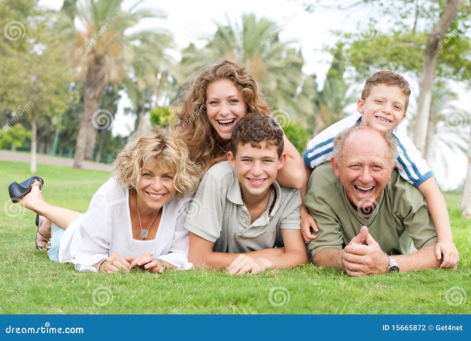 Multi-generation οικογενειακή χαλάρωση στο πάρκο
