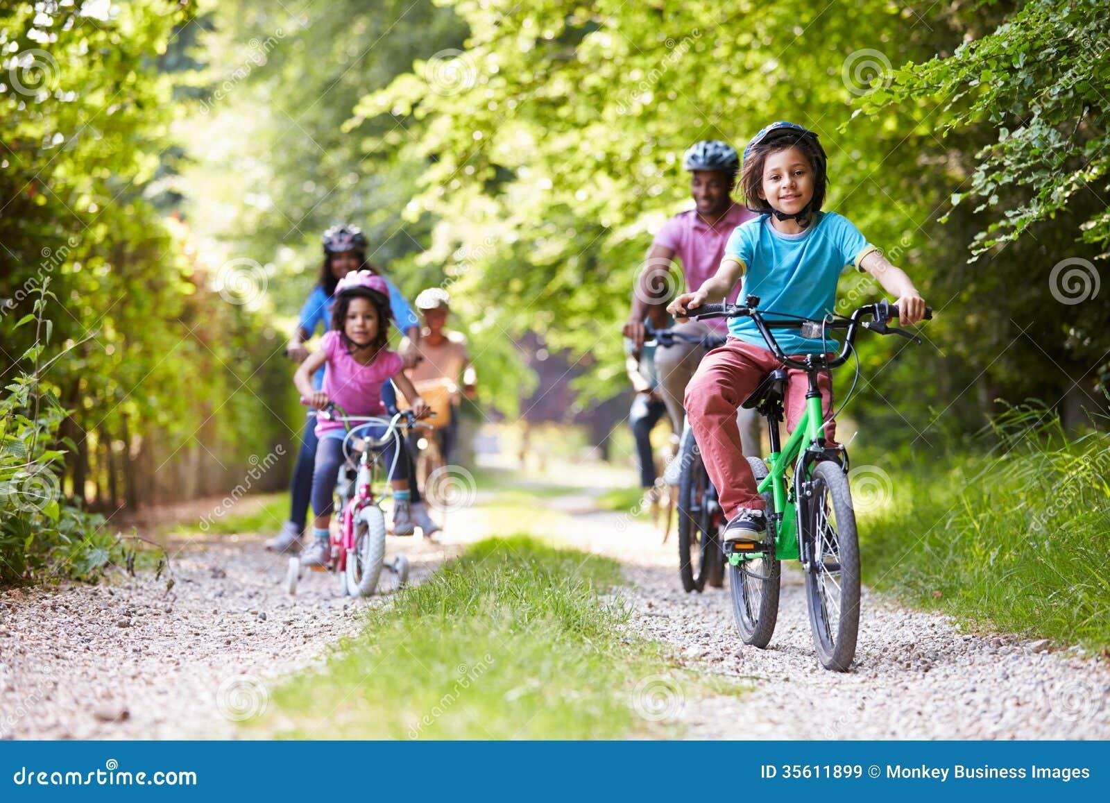 Multi Generations-Afroamerikaner-Familie auf Zyklus-Fahrt