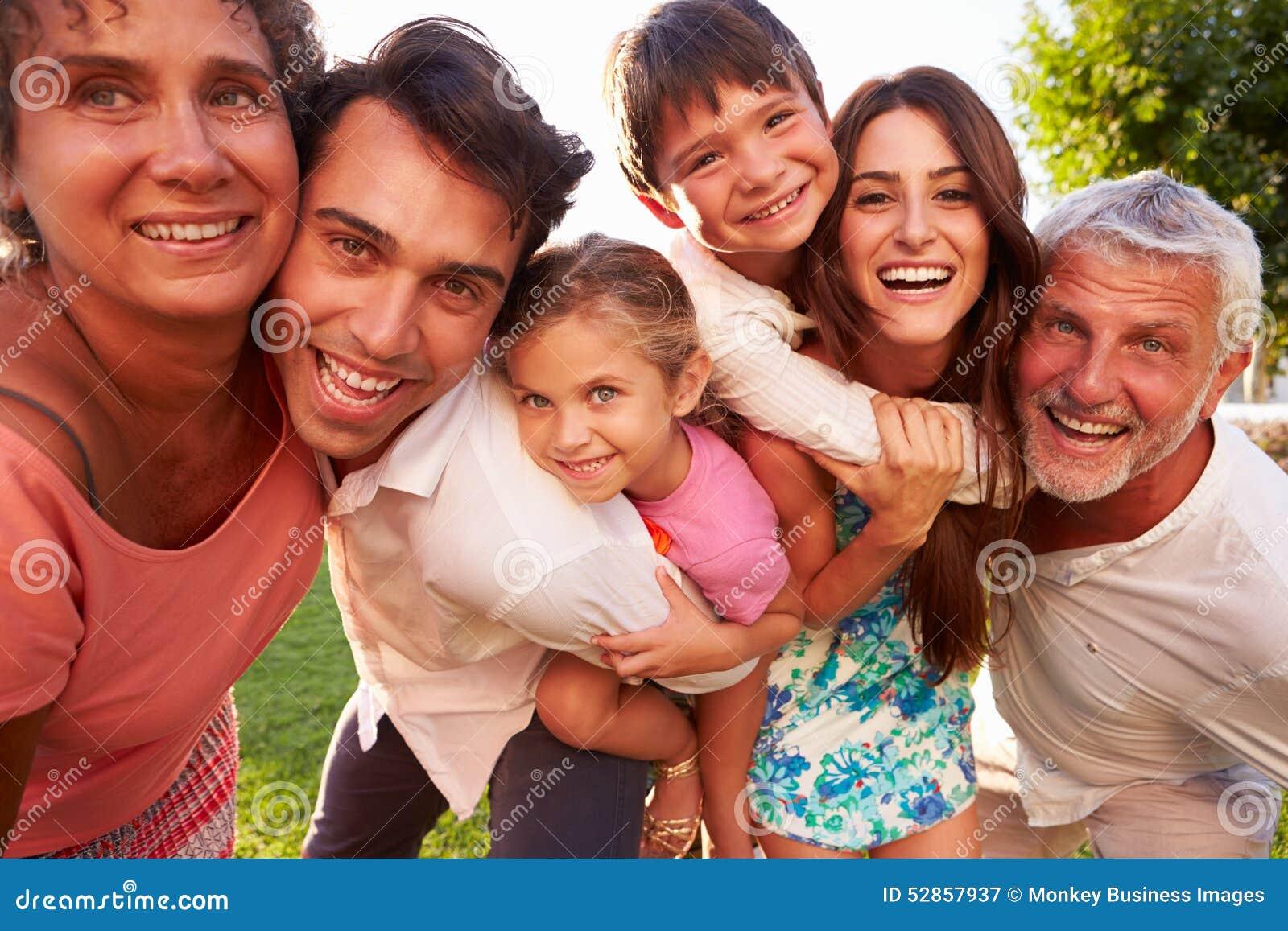 Multi Generations-Familie, Die Kindern Doppelpol Im Park Gibt ...